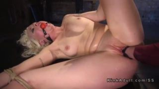 lorelei lee recoit un fist fucking pendant un bondage
